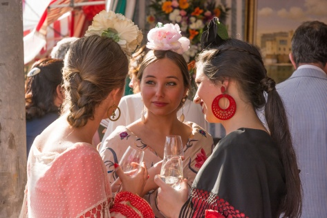 Image of Seville young women chatting at the Seville Fair. Photo by Eduardo Libby.