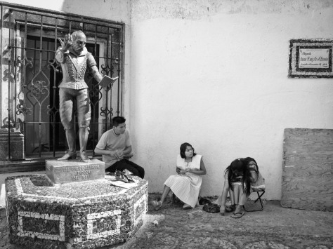Image of a sculpture of playwriter Juan Ruiz de Alarcon, and local jewelry makers. Photo by Eduardo Libby