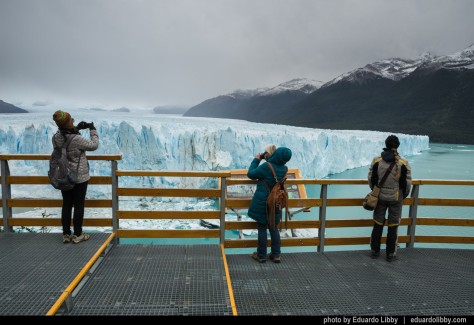 Image of tourists at Perito Moreno Glacier. Photo by Eduardo Libby